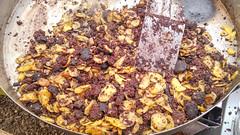 Blutwurst mit Kartoffeln in riesiger Pfanne