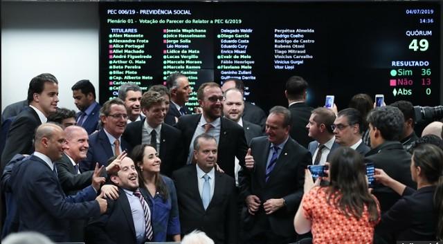 Deputados comemoram a aprovação do texto-base da reforma da Previdência  - Créditos: Foto: Fabio Rodrigues