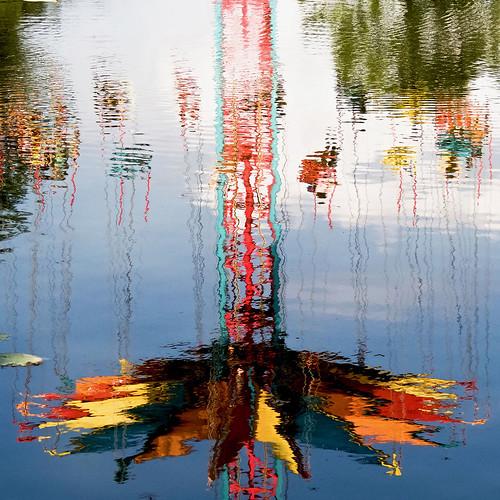 Parc Walibi - Reflets d'un manège dans une mare