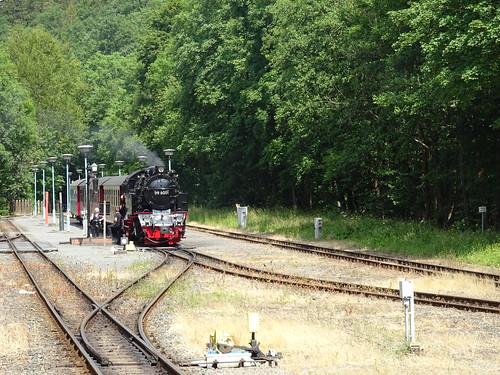 HSB 99 6001 staat met de trein gereed voor vertrek richting Stiege in station Alexisbad 10-07-2019