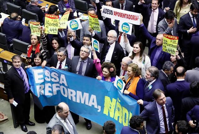 Deputados de oposição levaram cartazes contra a reforma durante a votação do projeto - Créditos: Luís Macedo | Agência Câmara