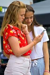 Jeunes filles au téléphone