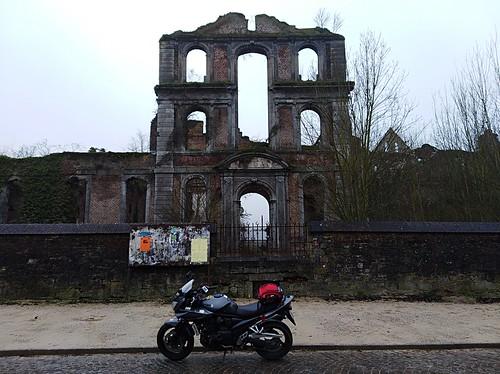 Devant l'abbaye d'Aulne