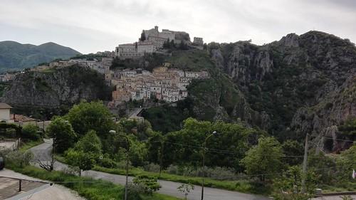 Muro Lucano (Pz). Prospettiva da est. Il Pianello e il Castello. Maggio 2018.