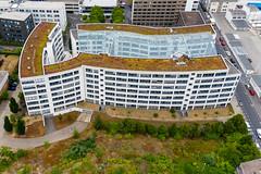 Luftbild zeigt das Bundesverwaltungsamt Köln in der Eupener Straße, mit großem Glasdach und begrüntem Flachdach
