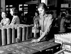 A worker uses a hammer to tap a 25-pounder field gun case at a munitions plant, Montréal, Quebec / Une ouvrière martèle une douille d'obus de canon de campagne de 25 livres dans une usine de munitions, à Montréal (Québec)