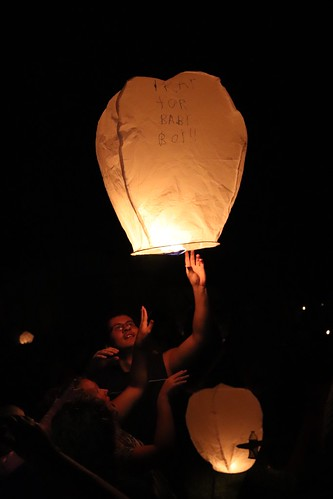 Lantern Lights Festival: Friends takes lantern to float up