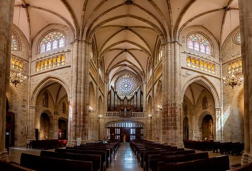 Catedral de Bilbao del transepto hacia el fondo