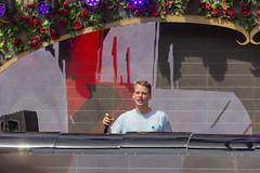 Conro spricht den Festivalbesucher an mit großem Visual im Hintergrund