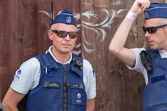 Zwei belgische Polizisten in offizieller Uniform und mit Sonnennbrillen am Tomorrowland Festival 2019