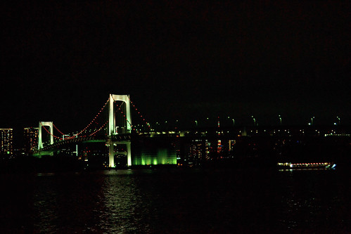 Le Rainbow Bridge de nuit