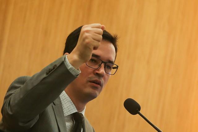 Novo material divulgado pelo Intercept Brasil neste domingo revela que Dallagnol temia que Moro protegesse Flávio Bolsonaro no caso Queiroz - Créditos: José Cruz/Agência Brasil