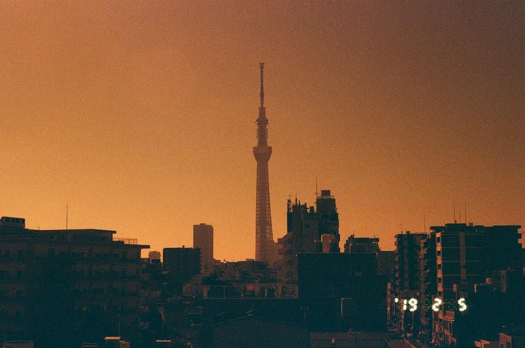晴空塔  東京スカイツリ Tokyo, Japan / Lomography Redscale / Canon EOS 7 會常常想起在東京的日子,雖然這句話存在著許多矛盾的語病,破碎的存在與片段的記憶讓我常常需要回到東京去填補被遺忘的回憶。  我很喜歡回到南千住的一間旅館,這是我第一次獨自旅行到東京時住的地方。  我喜歡他的窗戶,早晨可以被陽光曬醒,然後靜靜的看著窗外發呆,出門前再到逃生梯的地方看著遠方的晴空塔,然後背著相機出門。  東京也不太敢說自己已經非常熟悉了,因為每次去都發現有些景物在變化,我還是會花點時間走過曾經走過的路,總是期待會看到 ...  即使是過去的回憶也很欣慰 ...  Canon EOS 7 Lomography Redscale XR 50-200 35mm 2018/09/27 8142-0012 Photo by Toomore