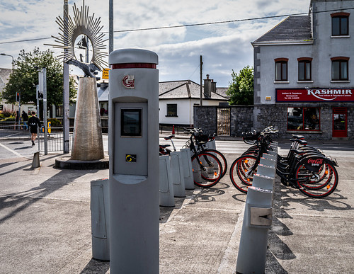 CLADDAGH ICON BY JOHN COLL [NIMMO PIER GALWAY BIKES DOCKING STATION]-154338
