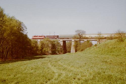 BR242 mit Personenzug Leipzig - Zwickau auf dem Viadukt Langenhessen
