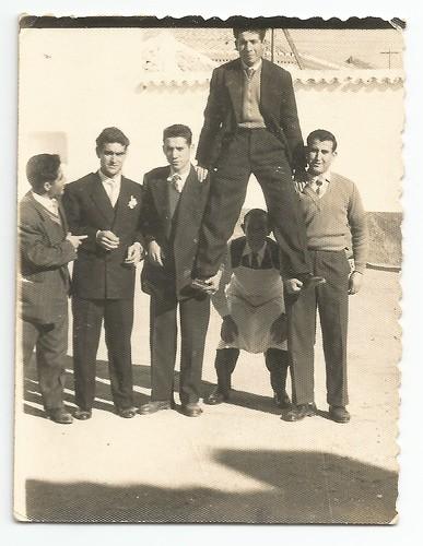 Grupo de amigos en la calle. Boda de Pichi