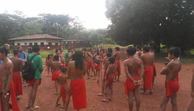Fearing armed attack, indigenous villagers fled from their homes to nearby Aramirã - Créditos: Handout