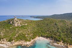 Luftbild vom Strand am Fuss des Turms von Porto Giunco (Spiaggia Torre Porto Giunco) mit Blick auf den Turm und die Insel von Cavoli (Isola dei Cavoli) auf Sardinien, Italien