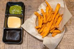 Süßkartoffelpommes mit drei verschiedeneren Dips, im coa-Restaurant