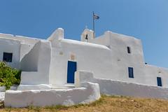 Griechische Kloster Agios Ioannis Detis, ein landestypisches Kalksteingebäude, auf der Halbinsel Korakas bei Paros