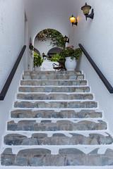 Steintreppe und weißer Kalkstein des mediterranen Hotels Antirides in Naoussa