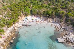 Der kleine Strand des Turms von Porto Giunco (Spiaggia Torre Porto Giunco) am Bucht Villasimius auf Sardinien, Italien