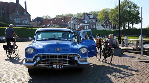 Blauwe oldtimer in de haven van Woudrichem