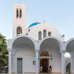 Die heilige, weiß-blaue Pfarrkirche Pantanassis in Naoussa auf der griechischen Insel Paros