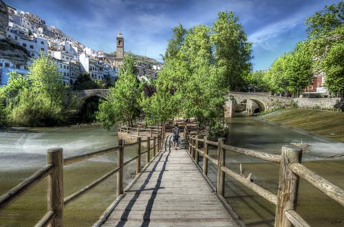 ... Puente de dos columnas, y yo río. Tú, río derrumbado, y yo su puente abrazando, cercando su corriente de luz, de amor, de sangre en desvarío... Blas de Otero ...