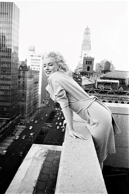Photo:Marilyn Monroe se inclina sobre el balcón del Hotel Ambassador en la ciudad de Nueva York en 1955. By Antonio Marín Segovia