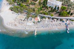Luftbild des beliebten Urlaubsstrands Kaiki auf Spetses, Griechenland, am Argolischen Golf
