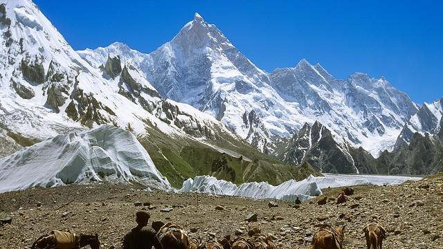 Karakorum/Pakistan, wo die wilden Berge stehen. Unterwegs auf dem Baltoro-Gletscher, mit Masherbrum, 7821 m.