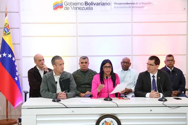 """Após sanções dos EUA que impõem """"bloqueio total"""", Venezuela interrompe diálogo de paz"""