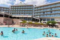 Urlaubsgäste im Pool des Aks Hinitsa Bay Hotel in Griechenland
