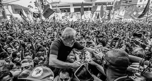 Thousands of supporters carried Lula into the Metal Workers' Union, trying to stop him from turning himself in to the police in April 2018 - Créditos: Ricardo Stuckert