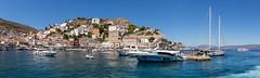 Panoramabild der Hafenstadt Miaouli und griechische Wohnhäuser auf dem Felsenhügel der saronischen Künstlerinsel Hydra, Griechenland
