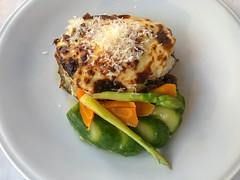 Mediterranes Mittagessen: Griechisches Gericht Moussaka aus Hackfleisch, mit Käse, Karotten und grünem Spargel