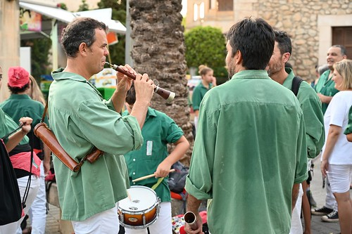 The musicians tune in, Performance of Castellers de Llevant