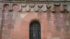 Curieuses sculptures dans le crénelage de l'église Saint-Médard