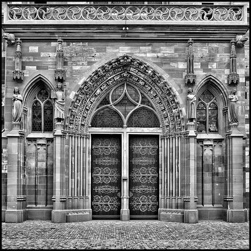 Eingangstor im gotischen Stil