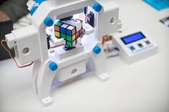 Robot CubeSolver löst einen Zauberwürfel