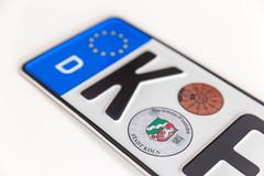 Deutsches Autokennzeichen der Stadt Köln - Nordrhein-Westfalen, vor weißem Hintergrund