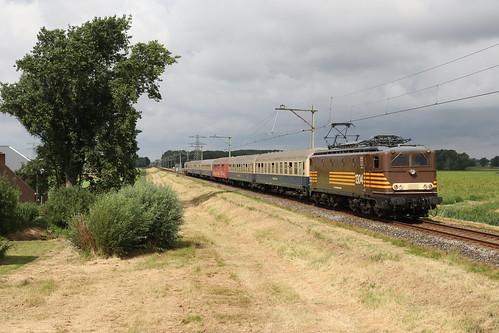 Railexperts 1251 met rijtuigen van de Centralbahn en FairTrains 1304 te Anna Paulowna