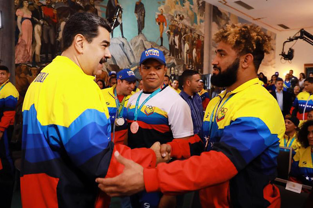 Na Venezuela, medalhistas dos jogos Pan-Americanos são condecorados por Maduro
