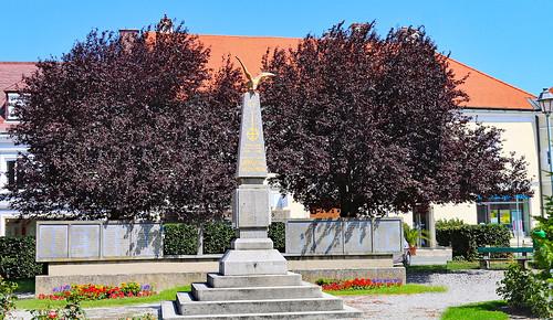 Bruck/Leitha. Kriegerdenkmal, 1922/1964