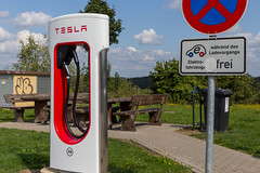 Tesla Supercharger E-Ladestation an einem Autohof in Wilnsdorf