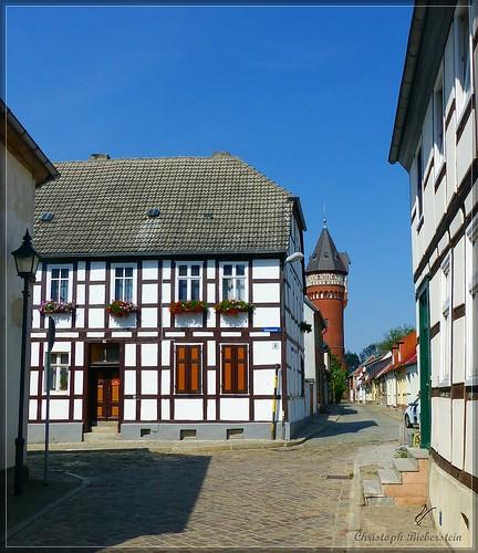 Blick durch die Weinbergstraße zum Wasserturm Burg