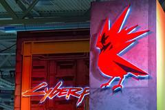 Roter Vogel - beleuchtetes Logo von CD Projekt RED - Entwicklerstudio von Cyberpunk 2077