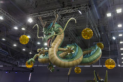 Grüner Drache Shenron von Dragon Ball Z als Deckendekoration auf der Videospielmesse