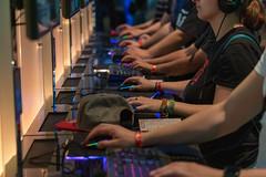 Video Gaming mit Maus und Tastatur: Messebesucher stehen in einer Reihe an der Age of Empires: Definitive Edition -Spielstation